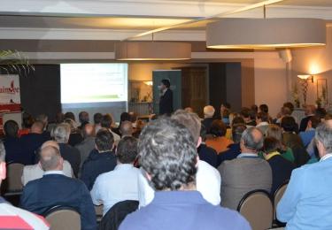 Pluimveehoudster neemt het woord tijdens infovergadering H3N1